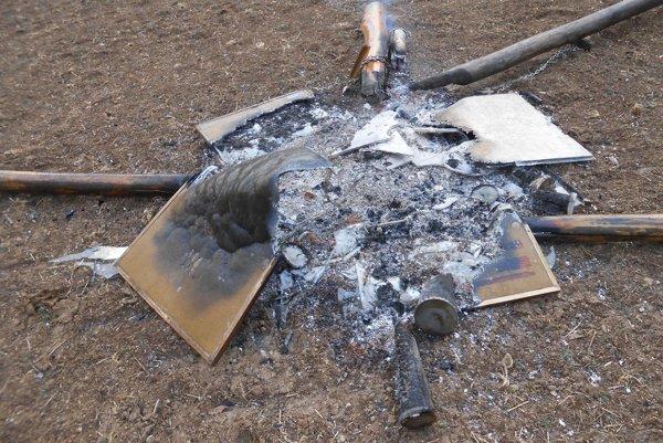 Páchatelia podpálili zastavenia.