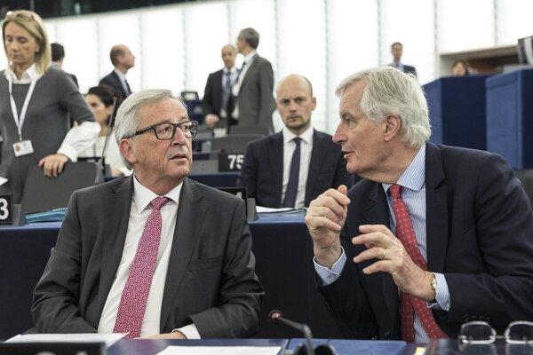 Vyjednávač Únie Michel Barnier s predsedom eurokomisie Jean-Claudom Junckerom.