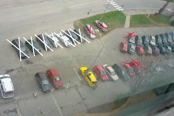 """""""Vykrížikované"""" autá tu podľa polície nemajú parkovať."""