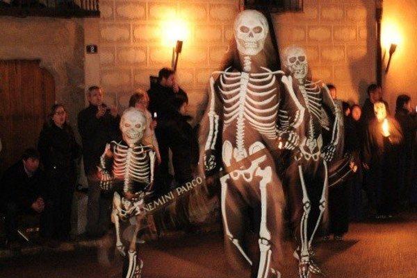 Tanec kostier v Španielsku. Bežná súčasť veľkonočných sviatkov v Španielsku sú sprievody, ktoré môžu vyzerať naozaj desivo. Pripomínajú totiž neslávne známe rasistické Ku-klux-klany v USA. Pôvod týchto špicatých čiapok je však oveľa starší. V minulosti ich nasadzovali na hlavy hriešnikom na znak ich trestu a postupne sa stali symbolom kajúcnosti a prosieb o odpustenie.