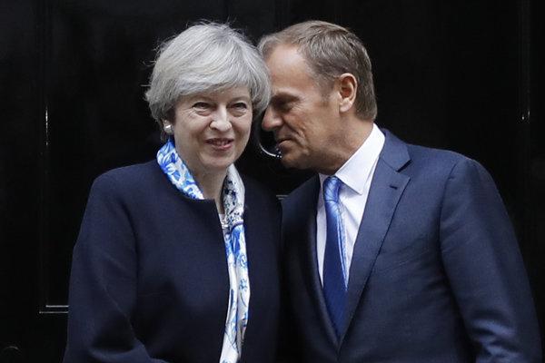 Britská premiérka Theresa Mayová a predseda Európskej rady Donald Tusk.