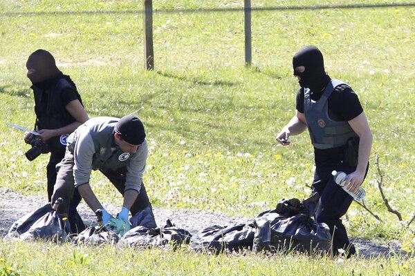 Francúzski policajti zbierajú zvyšky arzenálu ETA v plastových taškách.
