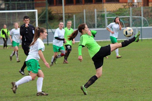 Oravské futbalistky (v bielych dresoch) nedokázali prekonať obranu súpera.