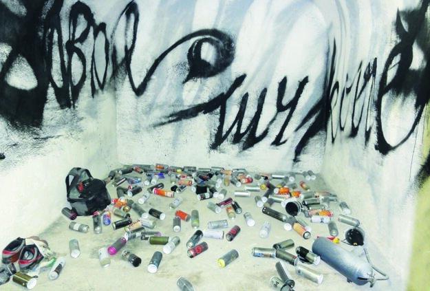 Obrovské podpisy autorov v Bunkri a použité spreje.