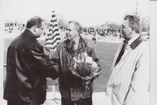 Jánovi Gajdošovi (v strede) takto blahoželal vtedajší klub 1. FC Košice ksedemdesiatke. Teraz oslavuje už 85 rokov.