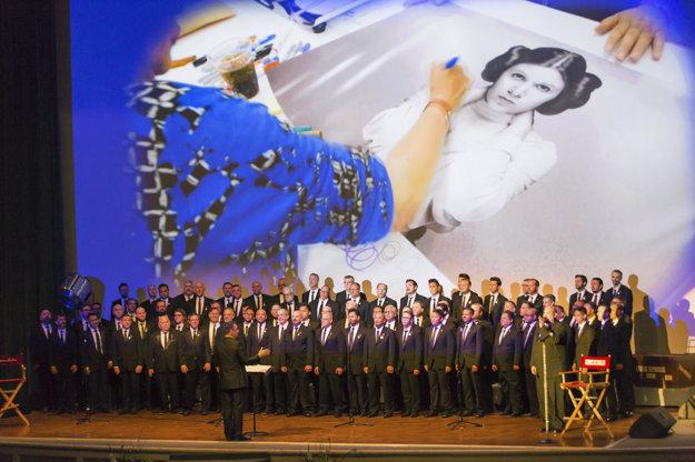 Po smrti Carrie Fisher zorganizovali v Spojených štátoch memoriál, kde nesmeli chýbať ani obrázky princeznej Leiy.