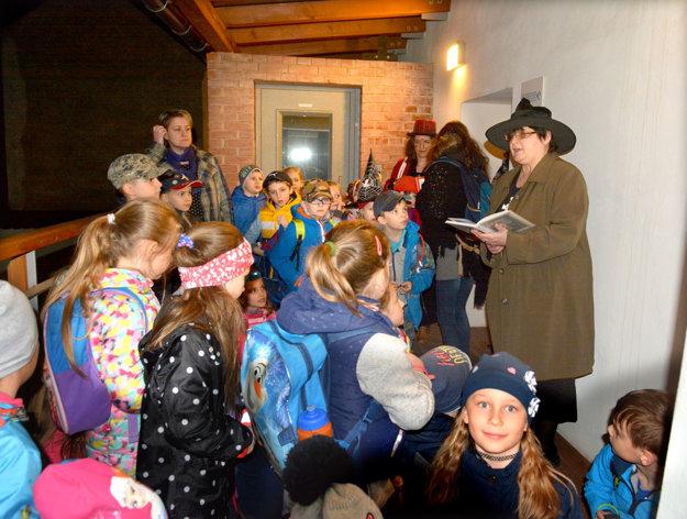 Tridsaťdva detí a štyria dospeláci. Kým deťom energia nechýba, niektoré knihovníčky už mali štyri kávy.