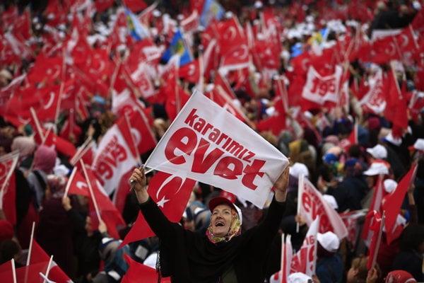 Našou voľbou je ÁNO, kričia podporovatelia prezidenta Erdogana.