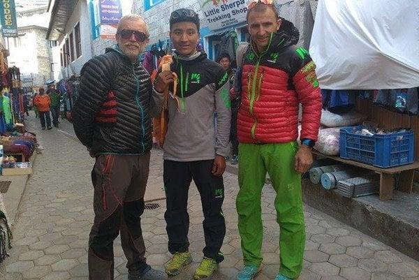 Vlado Štrba v Namche Bazaare s Tenji Sherpom a svetoznámym horolezcom Ueli Steckom. Obaja  Štrba aj Steck v boji o najvyššiu horu túto jar zahynuli.