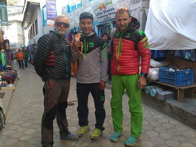Vlado Štrba v Namche Bazaare s Tenji Sherpom a Ueli Steckom.