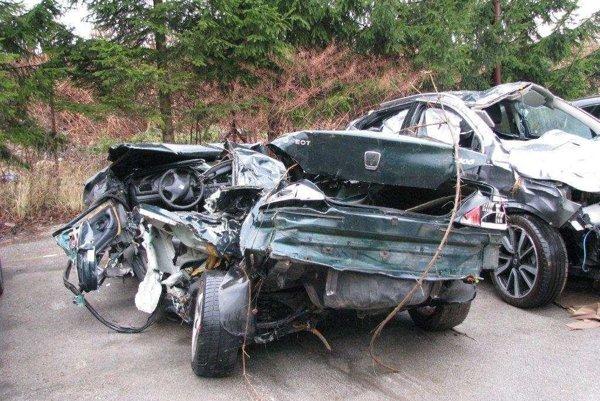 Auto bolo úplne zničené, vytiahli ho z rieky Hron.