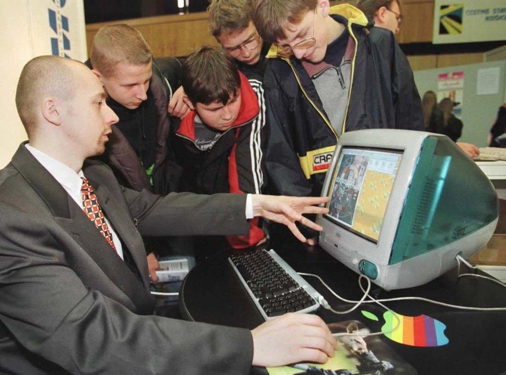 V novembri 1998 bol na Slovensku vôbec prvý raz odprezentovaný počítač iMac od spoločnosti Apple.