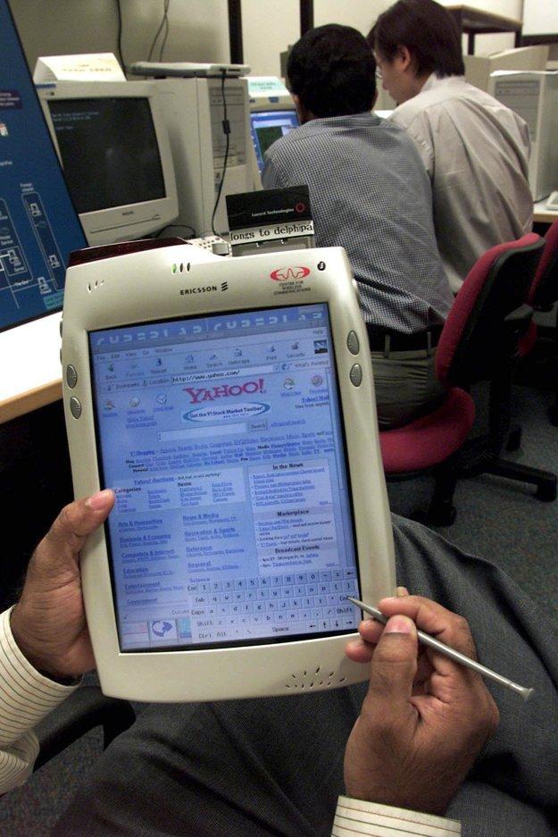 V singapurskom Centre pre bezdrôtovú komunikáciu predstavili 8. januára 2001 mobilný počítač značky DelphilPad. Išlo o revolučný počítačový terminál, ktorý ponúkal bezdrôtový prístup na internet.
