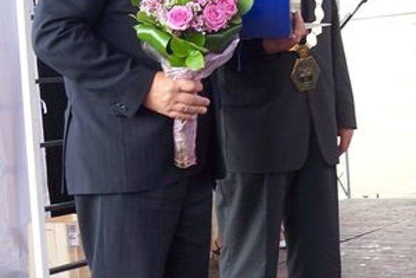 Riaditeľ Bojnického zámku Ján Papco (vľavo) prevzal ocenenie od predsedu Trenčianskeho samosprávneho kraja Pavla Sedláčka.