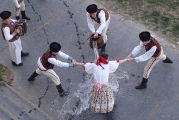 Tradičná oblievčka. Aj dnes ju zachovávajú folklórne súbory (súbor Haviar).