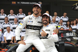 Jenson Button (vľavo) a Fernando Alonso.