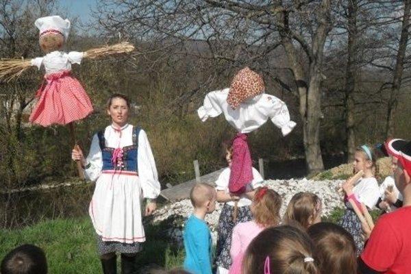 Predškoláci hodili Morenu do vody a privítali jar.