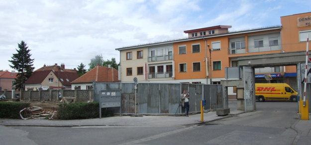 Pohľad na starý vchod z vnútra nemocničného areálu. Budova s prístavbou stála vľavo.