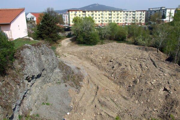 Časť chránenej vane pokrýva množstvo zeminy dovezenej zrejme zo zbúraniska.