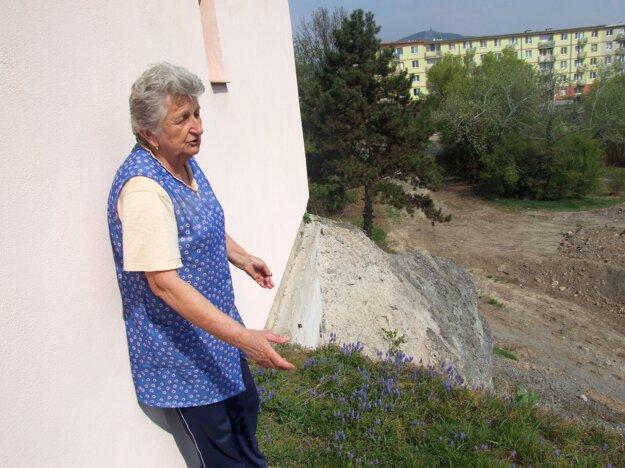 Anna Martišová pri dome, ktorý stojí nad priepasťou.