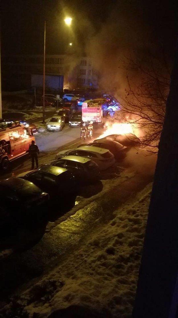 Zásah hasičov na Raketovej ulici. Požiar zničil tri autá.