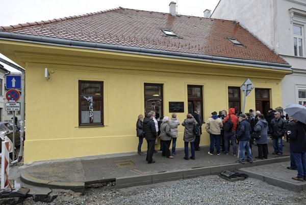 Budova na Poštovej ulici, kde 17. apríla 1927 začalo prvé rozhlasové vysielanie košického štúdia počas slávnostného odhalenia tabule pri príležitosti 90. výročia prvého rozhlasového vysielania z Košíc.