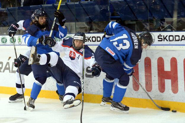 Joni Ikonen z Fínska (pri puku) je na treťom mieste v kanadskom bodovaní.
