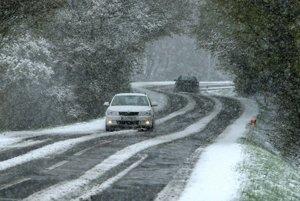 Tento týždeň priniesol citeľné ochladenie a sneh. V niektorých autoservisoch sa ľudia hromadne vracajú k zimným pneumatikám.