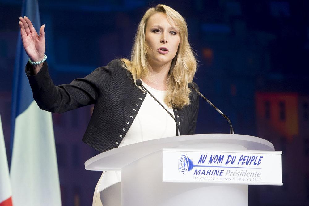 Ešte pred príchodom favoritky sa snaží dostať do varu dav jej neter Marion Le Penová.
