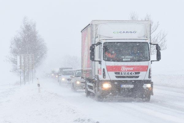 Autá v kolóne v silnom snežení a vetre na ceste I/18 medzi Popradom a Hôrkou.