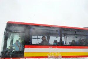 Ľudia z havarovaných áut v evakuačnom autobuse.