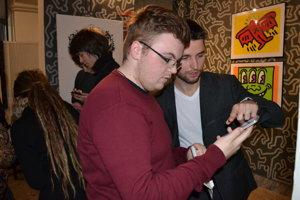 Pavol Daňo. Webový vývojár zo spoločnosti xamoom vysvetľuje Alexandrovi Hričkovi ako nová technológia finguje.