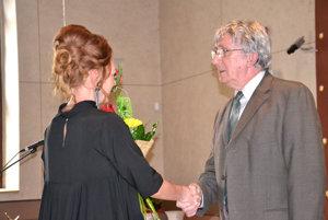Štefan Reindl pri preberaní ocenenia Športová osobnosť zrúk Márie Kuriačkovej za celoživotný prínos všportovom odvetví.