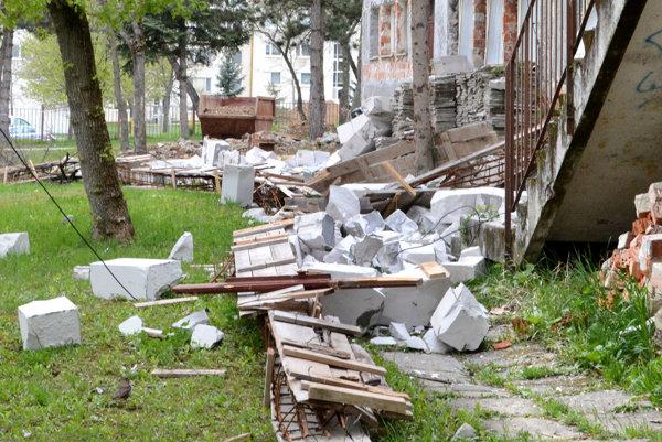 Stavebná sutina alebo spadnutá stena? Podľa stavebníka žiadna stena nespadla.