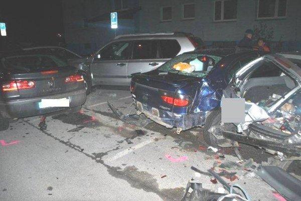 Zničené autá po náhlej zrážke.