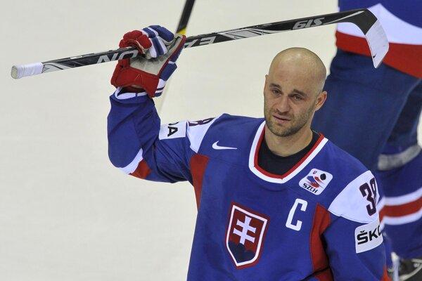 Pavol Demitra pri rozlúčke s reprezentačnou kariérou po zápase Slovensko - Dánsko na MS v hokeji 2011 v Bratislave.