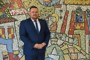 Starosta obce Dravce Peter Faltin pred mozaikou, ktorú vyrobili žiaci zo Základnej umeleckej školy v Levoči.