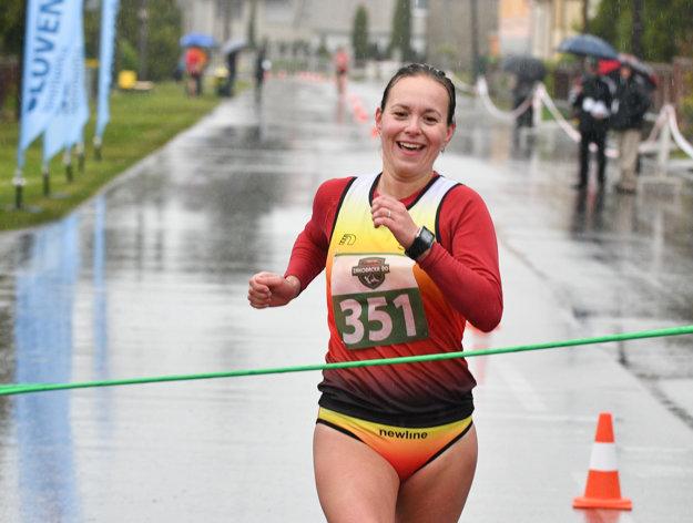 Atlétka Mária Czaková v cieli pretekov 48. ročníka Záhoráckej dvadsiatky a M-SR v chôdzi žien na 20 km.