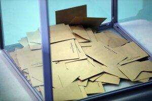 Obálky s hlasovacími lístkami.