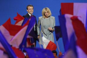 Macron spolu s manželkou.