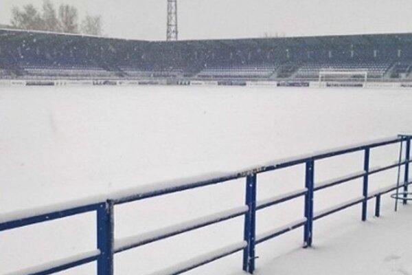 Nečakaná aprílová snehová búrka pod Tatrami narušila aj program prvej ligy.