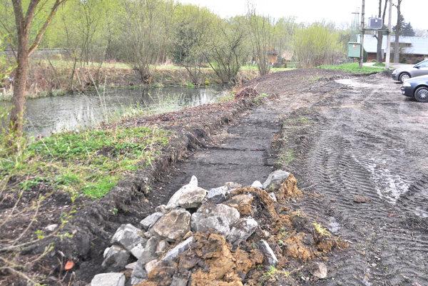 Plocha pre zelenú zónu vedľa jazierka je pripravená.