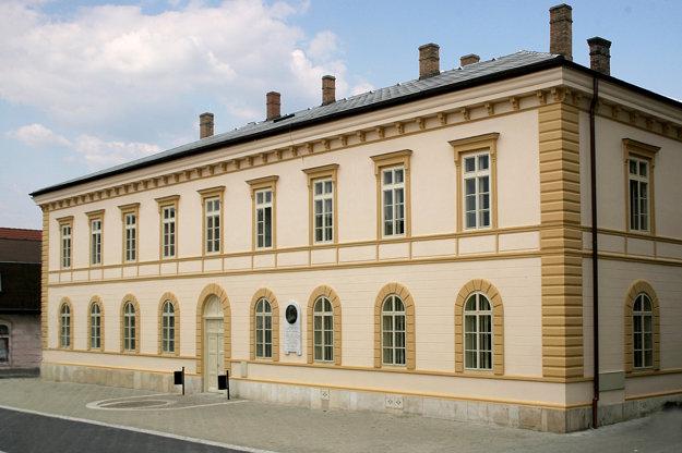 Podunajské múzeum v Komárne - Budova múzea a kňižnice - bývalá Budova královského a župneho súdu do 1896 postavená v pol 19 st na Palatínovej ulici