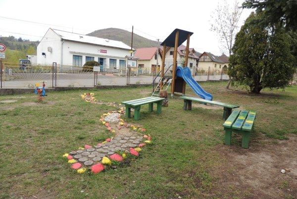 V záhrade školy vybudovali aj pocitový chodníček.