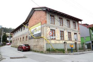 Nedokončená rekonštrukcia. Niektorých obyvateľov zaráža cena opravy budovy, pričom stavba stále nie je hotová.