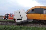 Vlak tlačil dodávku 100 metrov