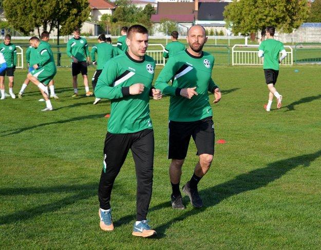 Doterajší tréner Csaba Szórád (vpredu vpravo) pokračuje v mužstve ako hráč.