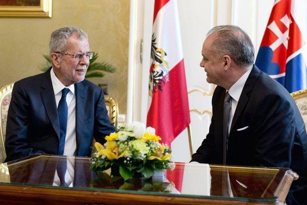 Rakúsky prezident Alexander Van der Bellen a slovenský prezident Andrej Kiska počas stretnutia v Prezidentskom paláci.