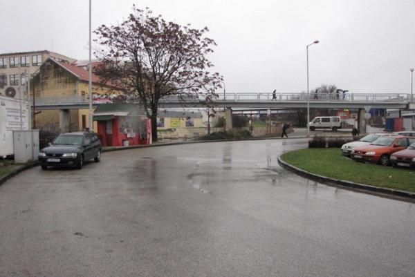 Železná lávka, ktorá spája stanicu s centrom.