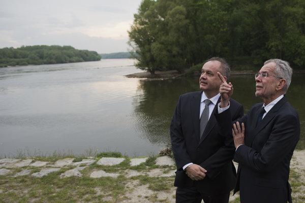 Na snímke vľavo prezident SR Andrej Kiska a vpravo prezident Rakúska Alexander Van der Bellen pri rozhovore pred kladením vencov k pamätníku Brána slobody v bratislavskom Devíne 26. apríla 2017.